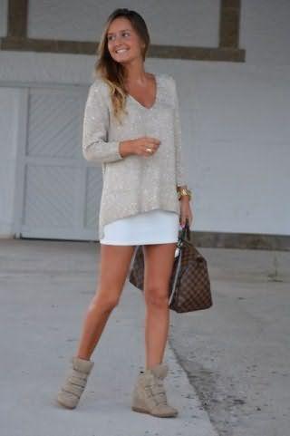 Юбка белого цвета, облегающего фасона, длиной выше колен сочетается с тонким свитером серого оттенка.