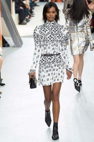 Платье белого цвета с черным рисунком, прямого силуэта, длиной выше колен от Louis Vuitton.