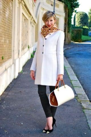 Повседневное пальто белого цвета, прямого покроя, длиной выше колен.