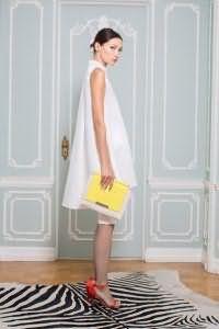 Платье белого цвета расклешенного силуэта, длиной выше колен, без рукавов от Alice + Olivia.