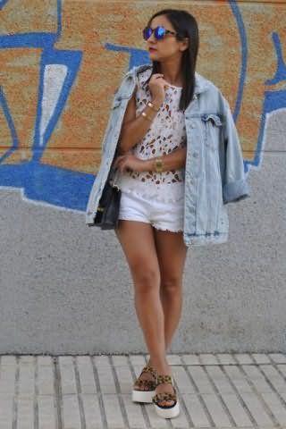 Короткие шорты белого цвета создадут образ на каждый день с ажурной блузой белого оттенка.