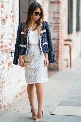Блузка белого цвета создаст офисный образ с кружевной юбкой светло-серого оттенка.