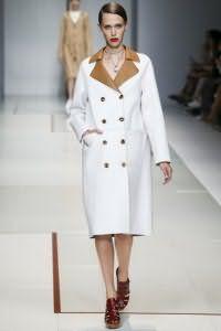 Двубортное тонкое пальто белого цвета с воротником и пуговицами коричневого оттенка от Trussardi.