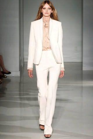 Офисный костюм белого цвета кремового оттенка, состоящий из пиджака прямого покроя и брюк классического фасона, от Jill Stuart.