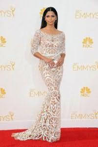 Ажурное полупрозрачное вечернее платье белого цвета, облегающего покроя, длиной в пол.