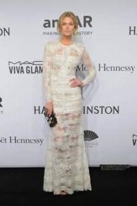 Кружевное полупрозрачное вечернее платье белого цвета, приталенного фасона, длиной макси, с длинными рукавами.