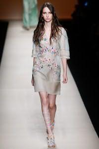 Платье белого цвета платинового оттенка, украшенное цветочной аппликацией, от Alberta Ferretti.