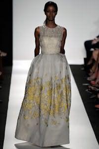 Вечернее платье белого цвета с облегающим верхом, расшитым бисером, и юбкой расклешенного силуэта от Dennis Basso.