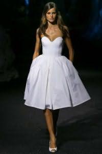 Вечернее платье белого цвета с корсетным верхом и пышной юбкой, длиной до колен от Philipp Plein.