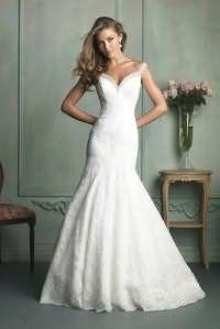 Свадебное платье белого цвета облегающего покроя, с расклешенным низом, длиной в пол.