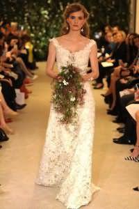 Двухслойное свадебное кружевное платье белого цвета с шелковым подкладом оттенка айвори от Carolina Herrera.