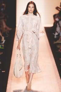 Платье белого цвета с орнаментом персикового оттенка, прямого покроя, с поясом от BCBG Max Azria.