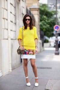 Туфли белого цвета на высоком каблуке создадут стильный образ с юбкой белого тона с цветочной вставкой.