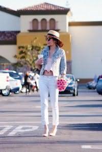 Туфли белого цвета с розовым подтоном, на высоком каблуке дополнят брюки светло-голубого оттенка.
