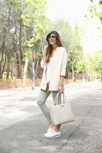Туфли белого цвета на толстой подошве гармонируют с узкими брюками светло-серого оттенка.