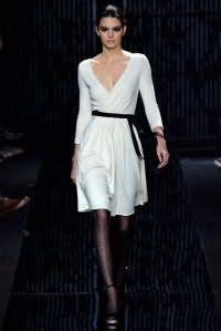 Платье белого цвета молочного оттенка, приталенного фасона, с рукавами в три четверти от Diane von Furstenberg.
