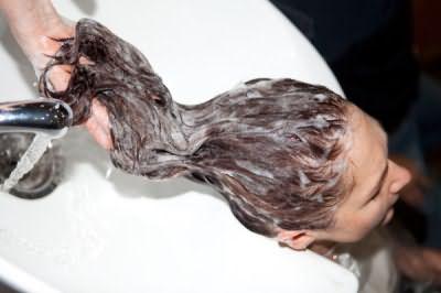 При мытье головы применяется специальный шампунь