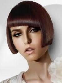 Стрижка боб с косой густой челкой на прямых волосах каштанового оттенка отлично гармонирует с макияжем для зеленых глаз, подчеркнутых черной подводкой, и помадой светло-бежевого цвета
