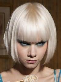 Отличным решением для вечернего образа блондинок станет стрижка боб с прямой челкой, которую дополняет макияж глаз голубого оттенка, персиковые румяна и помада естественного тона