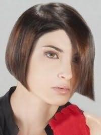 Макияж глаз в светлых коричневых тонах сочетается с естественным макияжем губ и гармонирует с волосами каштанового цвета на стрижке боб с боковым пробором
