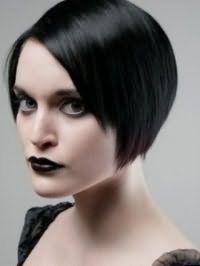 Стрижка боб с рваными концами и боковым пробором станет отличным вариантом для брюнеток и дополняется насыщенным макияжем губ в черных тонах
