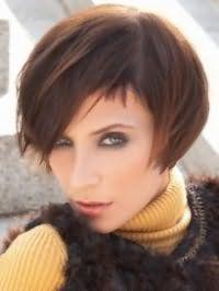 Каштановые тонкие волосы на стрижке боб с рваными концами и боковым пробором дополнят макияж для зеленых глаз в серых и черных тонах, румяна и помаду розового оттенка