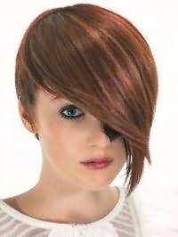Креативный образ для различных случаев в виде гармоничного тандема асимметричной стрижки боб с удлиненной челкой на волосах коричневого цвета с рыжими колорированными прядями и макияжа, состоящего из туши и бордовой помады