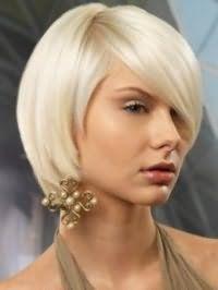 Стрижка боб с удлиненной челкой на один бок станет отличным вариантом для пепельных блондинок с карими глазами и будет гармонировать с макияжем в светло-коричневой гамме