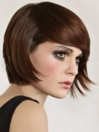 Каштановые волосы великолепно смотрятся на стрижке боб с рваными концами и удлиненной челкой, что станет хорошим дополнением образа, состоящего из макияжа в серых и черных тонах и помады натурального оттенка
