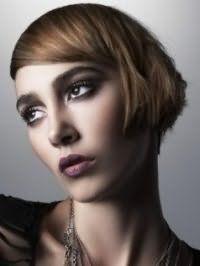 Волосы средне-русого оттенка на стрижке боб дополнят вечерний макияж темных глаз в стиле смоки айс с помадой бордового оттенка и будут подходящим решением для теплого цветотипа внешности