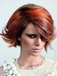Стрижка боб с боковым пробором для волос каштанового оттенка с колорированными прядями бордового и оранжевого тона станет отличным дополнением насыщенного макияжа глаз в черных оттенках, румян коричневого цвета и бежевой помады