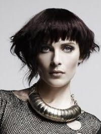 Темно-каштановый цвет волос отлично выглядит на стрижке боб с удлиненными прядями и челкой и гармонирует с вечерним макияжем для серо-зеленых глаз и светлого типа кожи