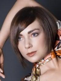Креативный образ на каждый день в виде стильного сочетания стрижки боб с боковым пробором на волосах русого цвета, с косой челкой и макияжа в коричневых и терракотовых оттенках