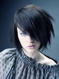 Стрижка боб с рваными концами удлиненной челкой на один бок на черных волосах гармонично дополнит образ в сочетании с макияжем зеленых глаз, выделенных голубыми тенями и помадой бордового оттенка