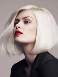 Стрижка боб с дополнительным объемом и боковым пробором идеально подойдет платиновым блондинкам и будет гармонировать с макияжем, главным акцентом которого является помада яркого красного цвета