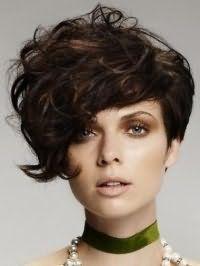 Асимметричная стрижка боб на кудрявые волосы каштанового цвета хорошо сочетается с макияжем для серо-зеленых глаз, выделенных коричневыми тенями и помадой бежевого цвета