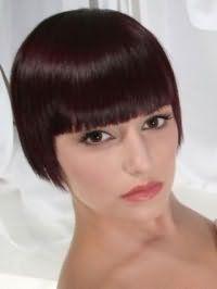 Прямые волосы темно-каштанового цвета на стрижке боб с челкой великолепно дополняются естественным макияжем карих глаз, розовым блеском для губ для теплого цветотипа внешности