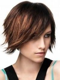 Креативный образ на каждый день в виде гармоничного сочетания стрижки боб с рваными концами на волосах каштанового оттенка и дневного макияжа в светло-коричневых тонах
