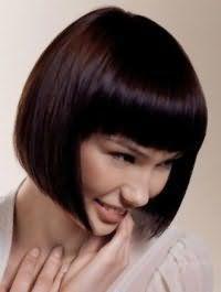 Дневной макияж в естественных тонах хорошо сочетается со стрижкой боб с густой челкой на каштановых волосах и будет подходить обладательницам теплого цветотипа внешности