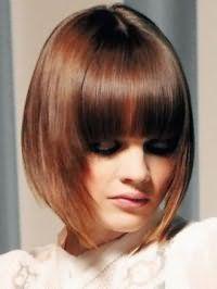 Макияж глаз в стиле смоки айс гармонирует с блеском для губ натурального оттенка и дополняется стрижкой боб с рваными концами и прямой челкой на волосах коричневого тона
