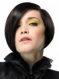 Креативный вечерний образ со стрижкой боб для брюнеток с боковым пробором и небольшим объемом, макияжем глаз с желтыми тенями, румянами и помадой розового оттенка подойдет обладательницам светлого типа кожи