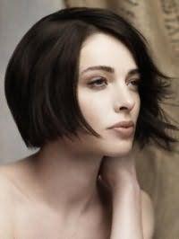 Стрижка боб с рваными концами и боковым пробором для брюнеток станет отличным вариантом для дневного макияжа в естественных оттенках обладательниц светлого типа кожи