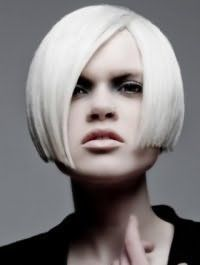 Прямые волосы платинового оттенка на стрижке боб с боковым пробором дополнят макияж глаз в серых тонах, бежевую помаду и будут подходящим вариантом для холодного цветотипа внешности