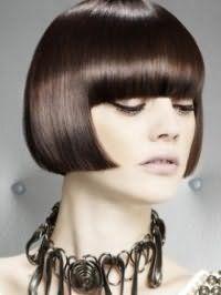 Прямые волосы каштанового цвета на стрижке боб с густой челкой органично впишутся в образ, состоящий из естественного макияжа для обладательниц светлого типа кожи
