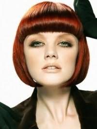 Макияж в естественных оттенках для обладательниц серо-зеленых глаз гармонирует со стрижкой боб на прямых волосах темно-рыжего цвета с челкой