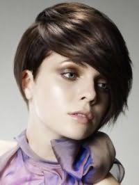 Макияж в коричневой гамме, подчеркивающий серо-зеленые глаза, великолепно вписывается в образ со стрижкой асимметричный боб с рваными концами и удлиненной косой челкой на волосах каштанового оттенка