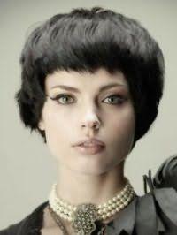 Стрижка боб с густой челкой станет идеальным вариантом для брюнеток с вьющимися волосам, и дополнит образ в сочетании с макияжем глаз в виде стрелок и помадой натурального цвета