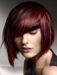Обладательницам каштановых волос с колорированными прядями бордового оттенка подойдет стрижка боб с рваными концами и косой челкой, гармонирующая с бордовыми тенями для глаз