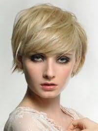 Макияж глаз в стиле смоки айс, гармонирующий с помадой розового цвета, хорошо выглядит в сочетании с короткой стрижкой боб с рваными концами, для блондинок с зелеными глазами