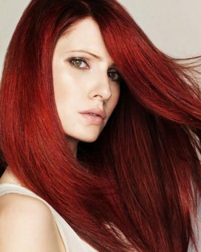 При правильном уходе за волосами красного цвета, пряди долго сохраняют оттенок и блеск.